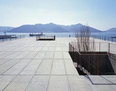 A shipbuilder's company housing on a cliff thatviewsbeautiful and calm SetoInland Sea, where small islands float.