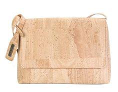 Klassische Tasche aus Kork mit Klappe und Schultergurt: http://www.korkstyle.de/handtaschen/schultertaschen/402/schultertasche?c=15