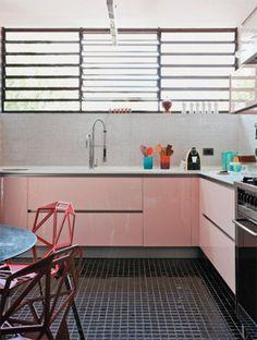 Pink glossy kitchen cabinets in the modern kitchen of designer Marcelo Rosenbaum Pink Kitchen Cabinets, Glossy Kitchen, Purple Kitchen, New Kitchen, Kitchen Worktop, Kitchen Interior, Kitchen Design, Kitchen Decor, Kitchen Chairs