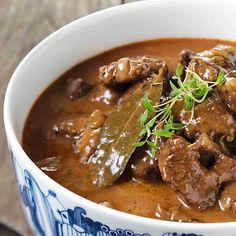 Mehevä palapaisti on perinteinen syksyn ja talven liharuoka. Pyöristä liemen maku halutessasi kermalla ja keitä lisukkeeksi perunoita. Katso resepti!