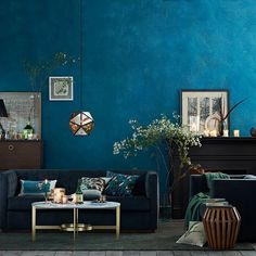 That wall!    Love being surrounded by Teal... Feels like the ocean...great sea-theme decor.
