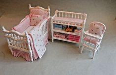 Pretty in pink crib set - Modern Barbie Doll Set, Baby Barbie, Doll Clothes Barbie, Diy Barbie Furniture, Dollhouse Furniture, Diy Dollhouse, Dollhouse Miniatures, Pink Crib, Baby Doll Accessories