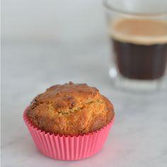 healthy carrot cake muffin (recipe in Dutch) Healthy Cupcakes, Healthy Muffins, Healthy Sweets, Healthy Baking, Muffin Recipes, Snack Recipes, Carrot Cake Muffins, Happy Foods, No Bake Desserts