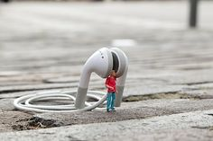 Little People – a Tiny Street Art Project – streetart Art Des Gens, Creative Photography, Art Photography, People Photography, Digital Photography, Diorama, Photo Macro, Microscopic Photography, Miniature Photography