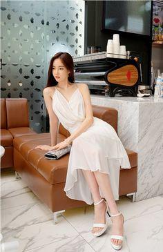 Korean Fashion Dress, Ulzzang Fashion, Asian Fashion, Girl Fashion, Womens Fashion, Beautiful Muslim Women, Beautiful Asian Girls, Asian Model Girl, Oriental Fashion