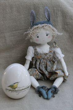 Bunny tout étonnée par son gros oeuf, vous souhaite de joyeuses Pâques...(35cm) - Le Jardin des Farfalous
