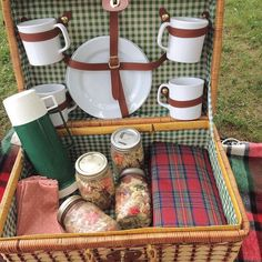 It looks like the perfect day for a picnic! Tis the season for eating outside #alfresco | Nourished Kitchen Dietitian Consulting
