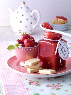 Erdbeerkonfitüre mit weißer Schokolade Weiße Schokolade verfeinert die klassische Erdbeerkonfitüre