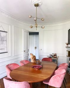Parisian Dining Room with Brown dining chair and pink velvet chairs via hello-hello darya kopp Pink Dining Rooms, Parisian Decor, Mismatched Dining Chairs, Oriental Decor, Dining Room Design, Kitchen Interior, Apartment Kitchen, Bedroom Apartment, Small Apartments