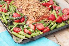 Wil je indruk maken op je gasten? Maak dan eens deze heerlijke zalm uit de oven met een korstje van Bonapetit. Gebruik verse zalm en asperges.