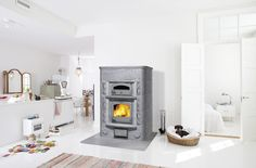Tulikivi fireplace with bakeoven Bakeoven is more than just an oven; it also heats the room and adds peaceful ambience. Traditional Fireplace, Wood Fired Oven, Light Colors, Relax, Home Appliances, Warm, House Styles, Cooking, Kitchen