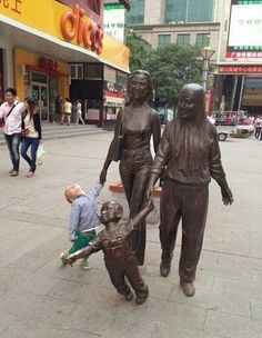 People Having Fun With Statues photos) Really Funny Memes, Stupid Funny Memes, Funny Relatable Memes, Super Funny, Funny Cute, Hilarious, Funny Videos, Fun With Statues, Funny Statues
