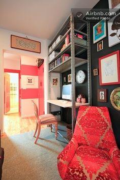 Nem acredito que encontrei essa imagem. Estou louca pra fazer isso aqui no meu quarto, porque é uma opção barata para resolver dois problemas: 1) local para armazenar livros e objetos de decoração e; 2) mesa para estudo.