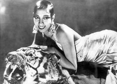 Josephine Baker (June 1906 – April was an American-born French dancer, singer, and actress. Born Freda Josephine McDonald in St. Louis, Missouri, she became a citizen of France in 1937 Josephine Baker, Empress Josephine, Al Capone, Vintage Beauty, Vintage Fashion, Vintage Glamour, Fashion Top, Bohemian Fashion, Female Fashion