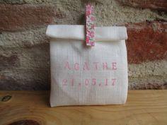 Pochon dragées en lin ivoire, ballotin, sachet, pochette avec pince à linge liberty rose de la boutique LesvoilagesdeCarolin sur Etsy