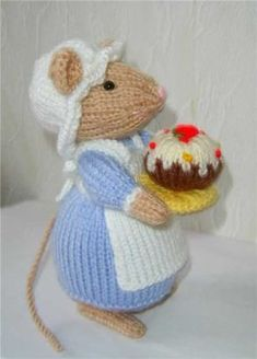 Knitted Mouse With CupcakeMouse by Alan Dart:Dessert is served Animal Knitting Patterns, Christmas Knitting Patterns, Stuffed Animal Patterns, Crochet Patterns, Crochet Mouse, Crochet Amigurumi, Knit Or Crochet, Simple Crochet, Knitted Dolls