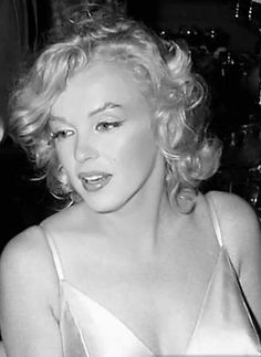 Marilyn Monroe, I don't care how many poses she does, they all beautiful. Old Hollywood Stars, Hollywood Glamour, Hollywood Actresses, Marilyn Monroe Artwork, Norma Jeane, Most Beautiful Women, Celebs, People, Model