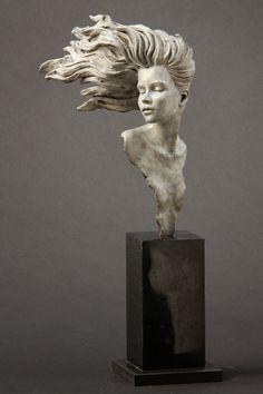 O corpo humano é a principal inspiração para o trabalho do inglês Michael James Talbot . Ele cria suas esculturas  com argila, depois cobre...