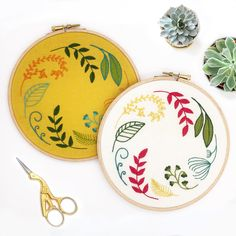 One spring and one autumn, full embroidery kits, ideal for beginners! Hand Embroidery Kits, Wooden Embroidery Hoops, Embroidery Scissors, Embroidery Transfers, Modern Embroidery, Embroidery Stitches, Embroidery Patterns, Long And Short Stitch, Lazy Daisy Stitch