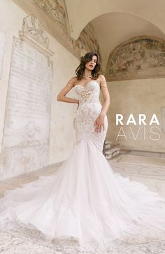 Stunning sweetheart strapless mermaid wedding dress 'Teini' with lace, golden embroidery and tulle train.  Rara Avis 'Luxury' Collection  Rara Avis 'Luxury' Collection