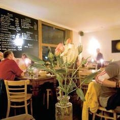 Cafe Luso, An der Icklack 2, Düsseldorf  Ein portugiesischer Dauerbrenner! Man sitzt in schlichtem, geschmackvoll-gemütlichen Interieur. Das Personal ist gut gelaunt, mag Kinder und Hunde und hat alles im Griff. Die Küchencrew weiß ebenfalls, was sie tut.