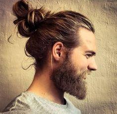 El cabello largo luce muy bien con o sin barba en el hombre, atado o al viento…