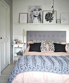 peinture gris perle avec lit en gris et des tableaux diverses tailles sur une étagère blanche au dessus du lit