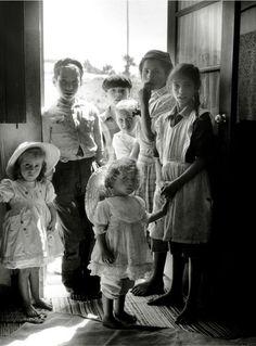 Exposition à la location - Mai 1954, Sabine Weiss part en service commandé au Portugal. Elle reste concentrée sur son objectif : rapporter du Portugal une vision large, vibrante, enchantée, au-delà de l'image figée d'une dictature déjà ancienne, coincée au bout de l'Europe, marquée par la pauvreté, l'émigration massive et la fin inéluctable d'un empire glorieux.