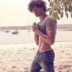 Mark inspiration Sexy Men, Curls, Abs, Handsome, Celebrities, Instagram Posts, Mens Tops, Australia Beach, Boy Hair