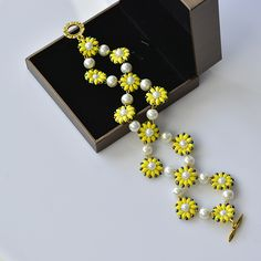 Here is the final look of the yellow seed beads bracelet:
