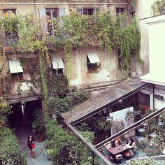"""La cour de Corso Como Ce matin, une collègue m'a demandé si je ne pouvais pas lui recommander quelques chouettes lieux à Milan, vu que j'y vais deux fois par an pour couvrir les Fashion Weeks. Sur le coup, je lui ai répondu """"Oui, pas de problème, je t'envoie un mail dans la"""