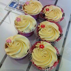 Berry Kladdig & Camilla Fraise in store today  #cupcake #kladdkaka #strawberry #fika #dessert #snack #snartärdethelg #fredagsmys #fint #gott #yummy #pretty #rossprits #rose #ros #göteborg #linné #gbgftw #foodporn #instagood #instafood #igers #nofilter