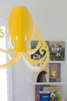 Un candelabro de pulpo amarillo totalmente adorable para decorar una fiesta de cumpleaños o la recámara de los niños.