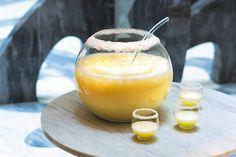 """Pina Colada, extrait du livre """"Cocktails XXL"""" - édition Larousse crédit photo Fabrice Besse http://www.gourmets-de-france.fr/recettes/pina-colada"""