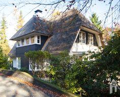 Een vrijstaand huis met een rieten kap, een grote eetkeuken, zeven slaapkamers en veel leefruimte. Dat was de wens van Karien en Nils. Hun wens ging in vervulling. Na omzwervingen in heel Nederland vonden zij een stek waar zij nog lang willen blijven wonen. Een villawijk in het bos. Een laan met bomen, de huizen …