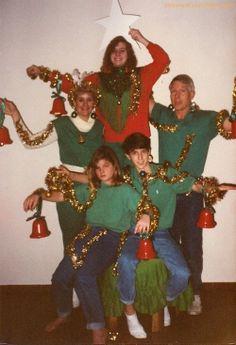 Bem-vindos ao Natal da recessão! notem a menina sentada a esquerda: cara de que não gostou nada da idéia!