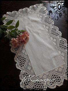 Amores de Maio Crochet Tablecloth Pattern, Crochet Lace Edging, Thread Crochet, Crochet Doilies, Hand Crochet, Minion Crochet Patterns, Crochet Flower Patterns, Baby Knitting Patterns, Crochet Numbers