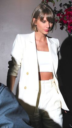 Taylor Swift shows off taut tummy in a white crop top as she dines with Jack Antonoff Taylor Swift Style, Taylor Alison Swift, Taylor Swift Haircut, West Hollywood Restaurants, Taylor Swift Pictures, Going Out, Queens, Celebs, Street Style