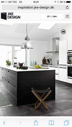 Hvis bagvæg sort ø m hvis top og betonagtige klinker. Køkken fra JKE