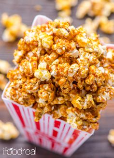 Healthy Caramel Popcorn - vegan and refined sugars free. Only 2 ingredients to make healthy caramel. Healthy Afternoon Snacks, Healthy Sweets, Healthy Dessert Recipes, Vegan Snacks, Clean Eating Recipes, Healthy Snacks, Vegan Recipes, Snack Recipes, Healthy Eating