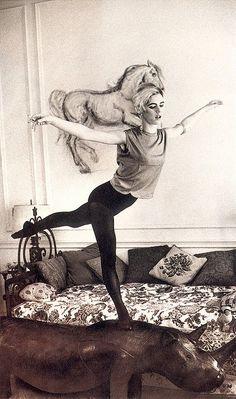 Subirse a la mesilla del salón para jugar a ser equilibrista o como lucir medias sin que se note demasiado.