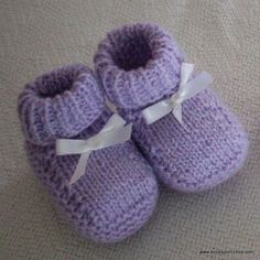 Knitting Baby Booties - Step by Step - sapatinhos. Circular Knitting Patterns, Baby Knitting Patterns, Baby Patterns, Knit Baby Booties, Crochet Baby Shoes, Baby Boots, Crochet Bebe, Knit Crochet, Knit Shoes