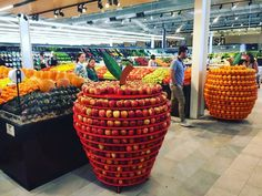 There are options to square pallet displays! There are options to square pallet displays! - - No photo description available. Perfectionists At Work 14218 O Produce Displays, Market Displays, Fruit Displays, Store Displays, Fruit And Vegetable Storage, Vegetable Shop, Pallet Display, Fruit Shop, Visual Merchandising Displays
