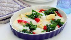 Ovnsbakt torsk er enkel og god middag. I denne oppskriften lager du en form med torsk, blomkål, paprika, spinat, hvitløk og crème fraîche, og serverer med poteter.