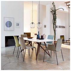 De #Liz Stoel is ontworpen door Claudio #Bellini en behoort tot de collectie van het designmerk #WalterKnoll. De wuivende lijnen van de Liz Stoel bepalen het prachtige silhouet. Deze stoel van Claudio Bellini is teruggebracht tot de mooiste eenvoud. Doordat gebruik wordt gemaakt van speciaal high-tech materiaal biedt de Liz Stoel u bovendien - naast al zijn charme - een buitengewoon speciaal #comfort.