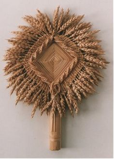 a Corn Dolly shaped like a fan Straw Weaving, Weaving Art, Basket Weaving, Seed Craft, Corn Dolly, Straw Art, Straw Crafts, Halloween Science, Dance Of Death