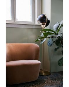 Louis Weisdorf's contemporary and classic design philosophy is echoed in the Multi-Lite Floor Lamp. With its timeless elegance, distinctive… Scandinavia Design, Brass Floor Lamp, Floor Lamps, Metal Chairs, Black Chairs, Arm Chairs, Interior Photo, Modern Interior, Modern Decor