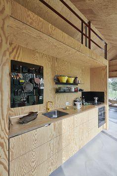 Det lille, blå sommerhus ligner noget fra en drøm   bobedre.dk Barn Style House Plans, Plywood Interior, Piece A Vivre, Kitchen Trends, Kitchen Ideas, Small Living Rooms, Kitchen Cupboards, Minimalist Living, Küchen Design