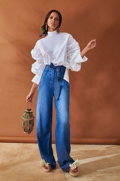Silvia Tcherassi Resort Collection Wide leg jeans with high waist are definitely one of the fashion trends for summer Would you wear these cool pants? Fashion Trends 2018, Fashion 2018, Fashion News, Men's Casual Fashion Tips, Fashion Advice, Fashion Outfits, Womens Fashion, Look Street Style, Fashion Looks
