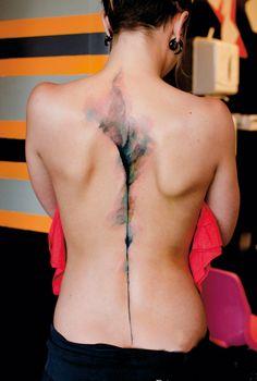 Solche minimalistischen Aquarelltattoos brauchen Platz, um zu wirken! Tattoo von Niko Inko (Belly Button Tattoo Shop, Perpignan, FR).